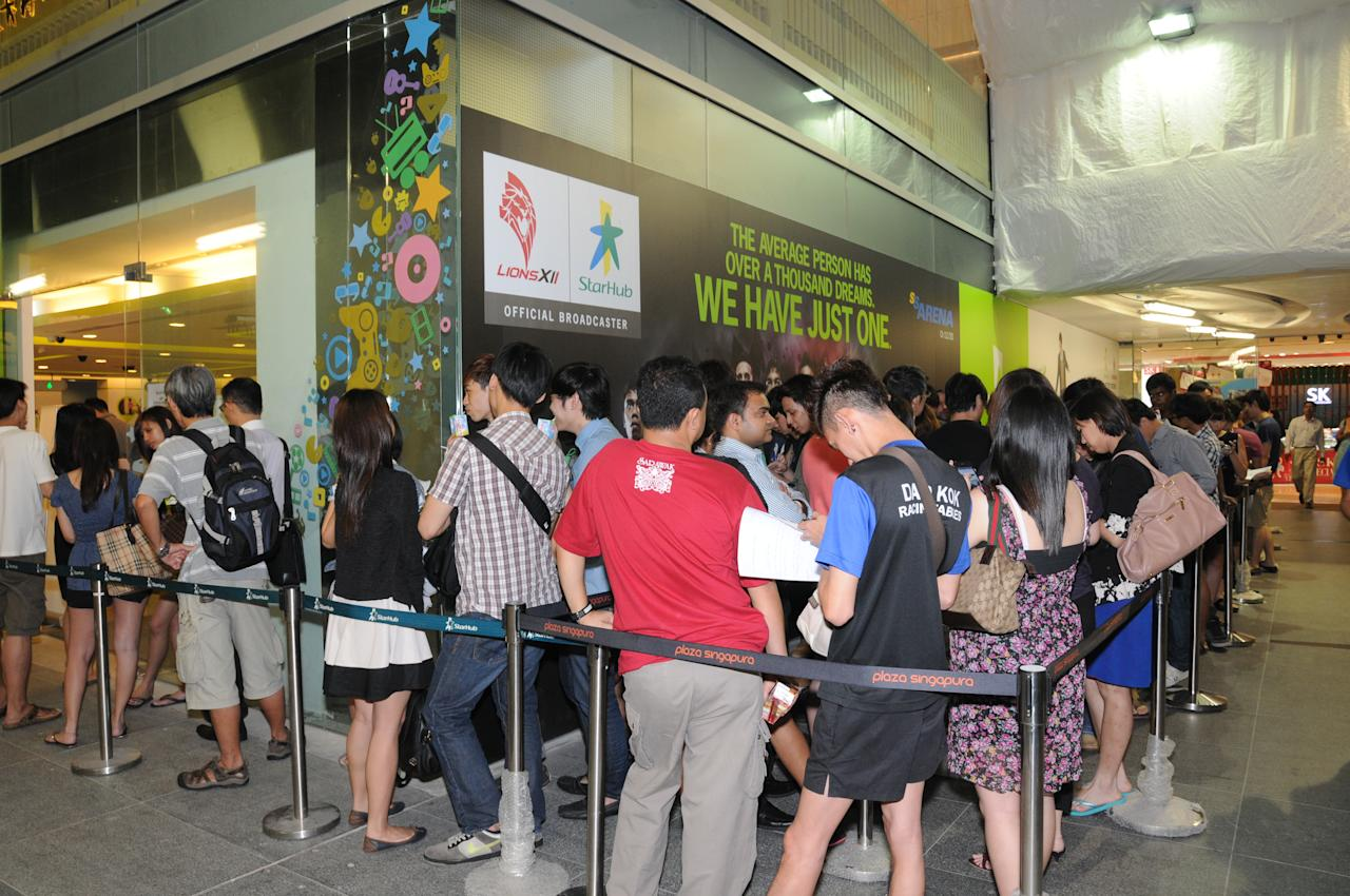 Customers wait in line for the GALAXY S III to go on sale at StarHub, Plaza Singapura