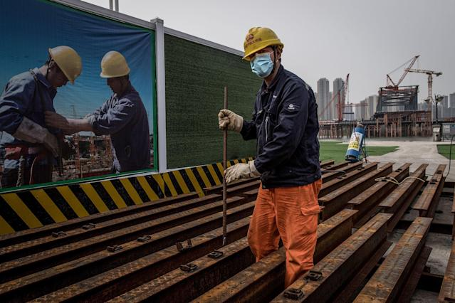 A construction worker is pictured wearing a mask in Wuhan, capital of China's Hubei province. (Getty Images)