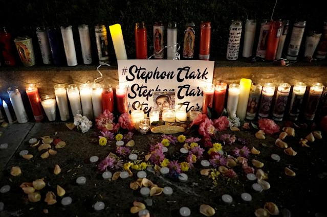 <p>Candles light a sidewalk memorial to Stephon Clark, in Sacramento, Calif., March 23, 2018. (Photo: Bob Strong/Reuters) </p>