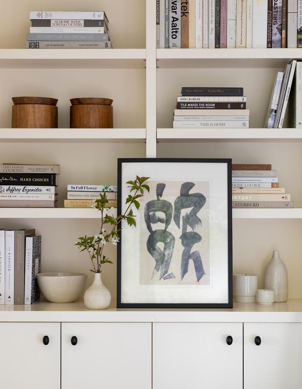 <p>The balance of books and objét make for a harmonious aesthetic in the de-facto library of the house, located at the back of the mudroom.</p>