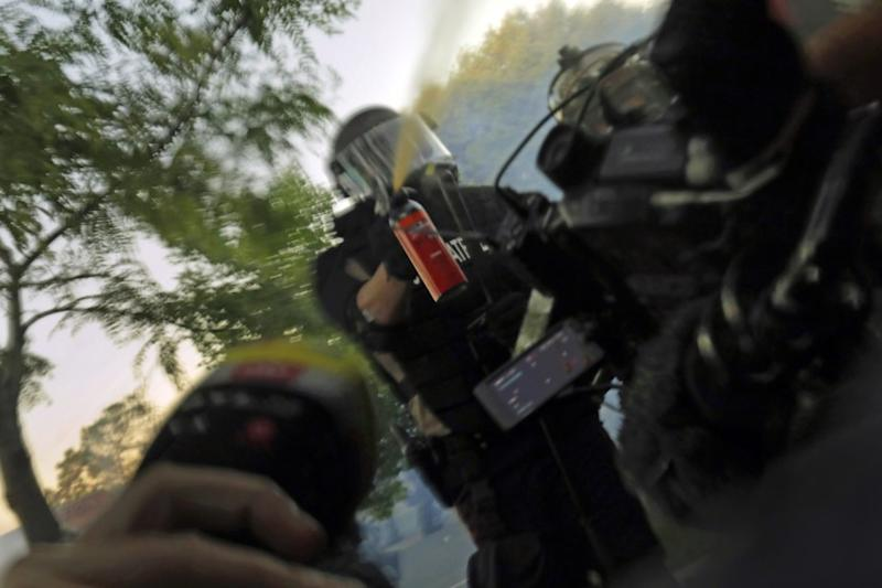 MINNEAPOLIS, Minnesota -MAY 29, 2020-Minnesota State Patrol officers spray journalists with pepper spray and fire rubber bullets while they are working, despite their exemption from the curfew on Saturday, (Carolyn Cole/Los Angeles Times)