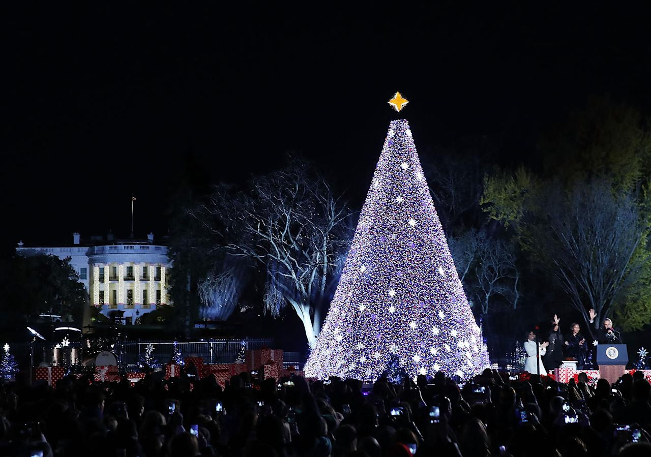 The obamas unveil the 2016 white house holiday decorations for Lit national