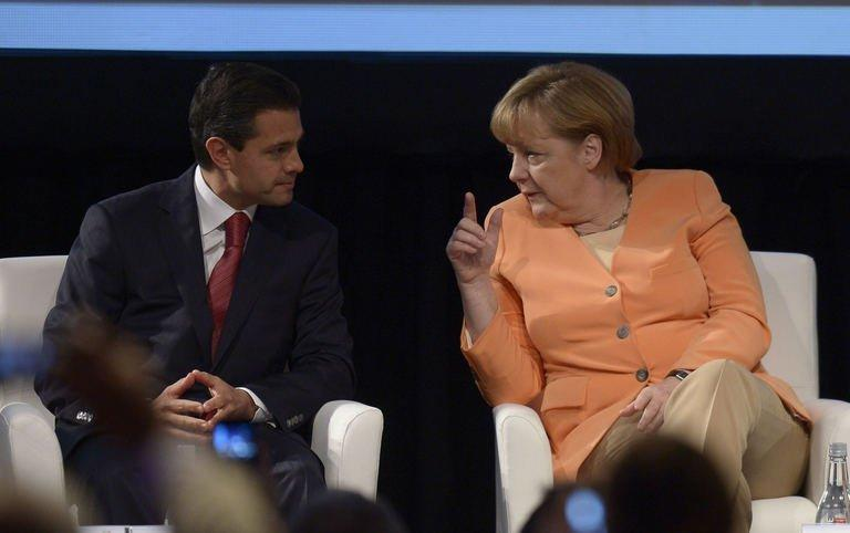 Mexican President Enrique Pena Nieto (L) and German Chancellor Angela Merkel chat on January 26, 2013