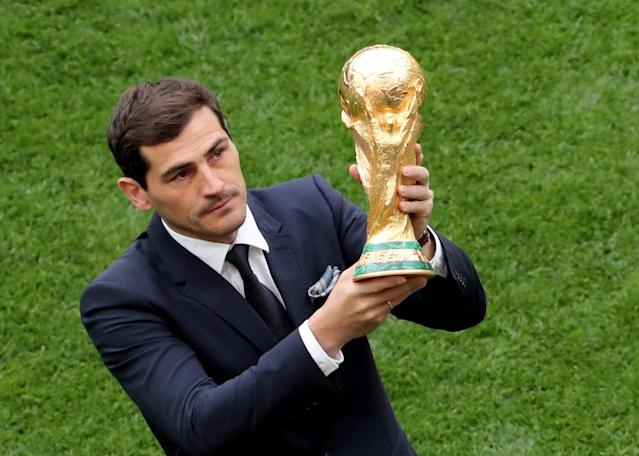 <p>Moscow (Russian Federation), 14/06/2018.- Spanish goalkeeper Iker Casillas presents the World Cup trophy prior to the FIFA World Cup 2018 group A preliminary round soccer match between Russia and Saudi Arabia in Moscow, Russia, 14 June 2018.<br>(RESTRICTIONS APPLY: Editorial Use Only, not used in association with any commercial entity – Images must not be used in any form of alert service or push service of any kind including via mobile alert services, downloads to mobile devices or MMS messaging – Images must appear as still images and must not emulate match action video footage – No alteration is made to, and no text or image is superimposed over, any published image which: (a) intentionally obscures or removes a sponsor identification image; or (b) adds or overlays the commercial identification of any third party which is not officially associated with the FIFA World Cup) (Mundial de Fútbol, Arabia Saudita, Moscú, Rusia) EFE/EPA/ABEDIN TERKENAREH EDITORIAL USE ONLY </p>