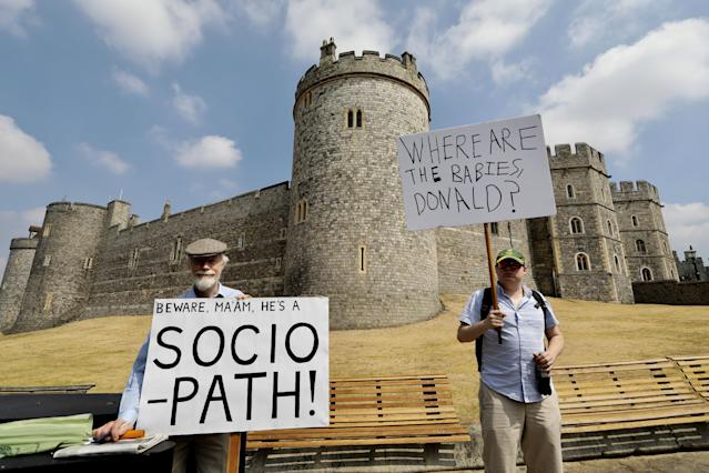 <p>A man who gave his name as Kevin (L) and was born in the USA but living in London for 21 years makes a protest against the visit of U.S. President Donald Trump outside Windsor Castle in Windsor, Britain July 13, 2018. (Photo: Kevin Coombs/Reuters) </p>