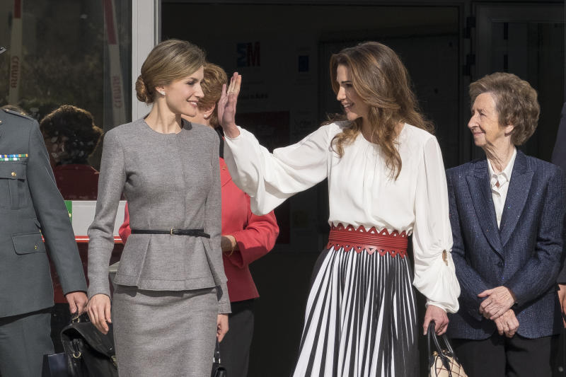 Queen Letizia of Spain and Queen Rania of Jordan visit the 'Severo Ochoa' Molecular Biology Centre at the Universidad Autonoma on November 20, 2015 in Madrid, Spain. (Photo by Oscar Gonzalez/NurPhoto) (Photo by NurPhoto/NurPhoto via Getty Images)