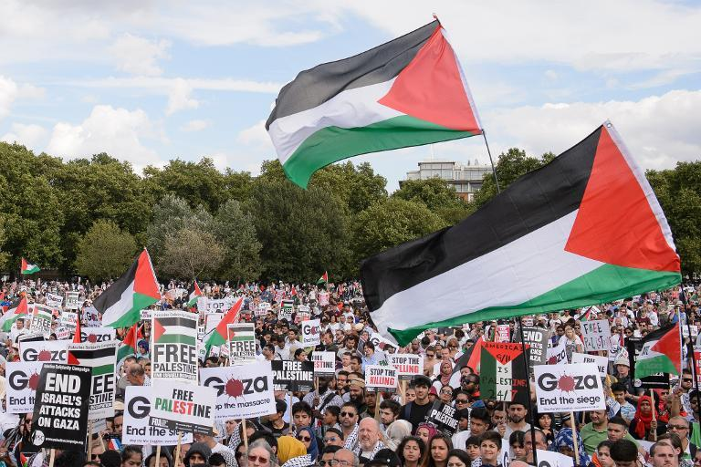 Pro-Palestinian demonstrators listen to speeches at a mass rally in London, on August 9, 2014