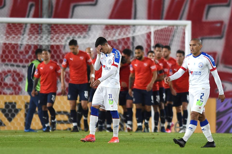 AVELLANEDA, ARGENTINA - MAY 18: Maycon of Bahia (L) and teammate Nino Paraíba leave the field dejected after a match between Independiente and Bahia as part of Group B of Copa CONMEBOL Sudamericana 2021 at Estadio Libertadores de América on May 18, 2021 in Avellaneda, Argentina. (Photo by Marcelo Endelli/Getty Images)