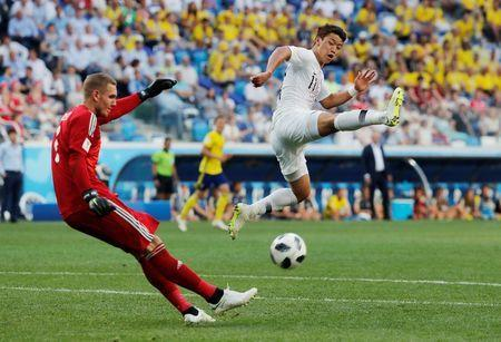 Soccer Football - World Cup - Group F - Sweden vs South Korea - Nizhny Novgorod Stadium, Nizhny Novgorod, Russia - June 18, 2018 Sweden's Robin Olsen in action with South Korea's Hwang Hee-chan REUTERS/Carlos Barria