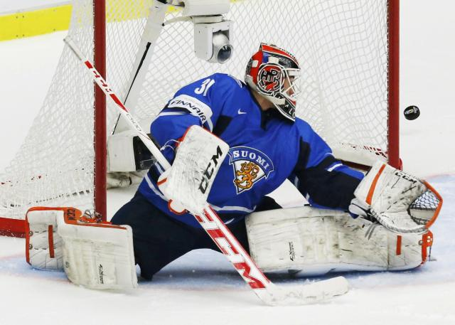 Finland's goalie Juuse Saros makes a save against Sweden during the first period of their IIHF World Junior Championship gold medla ice hockey game in Malmo, Sweden, January 5, 2014. REUTERS/Alexander Demianchuk (SWEDEN - Tags: SPORT ICE HOCKEY)