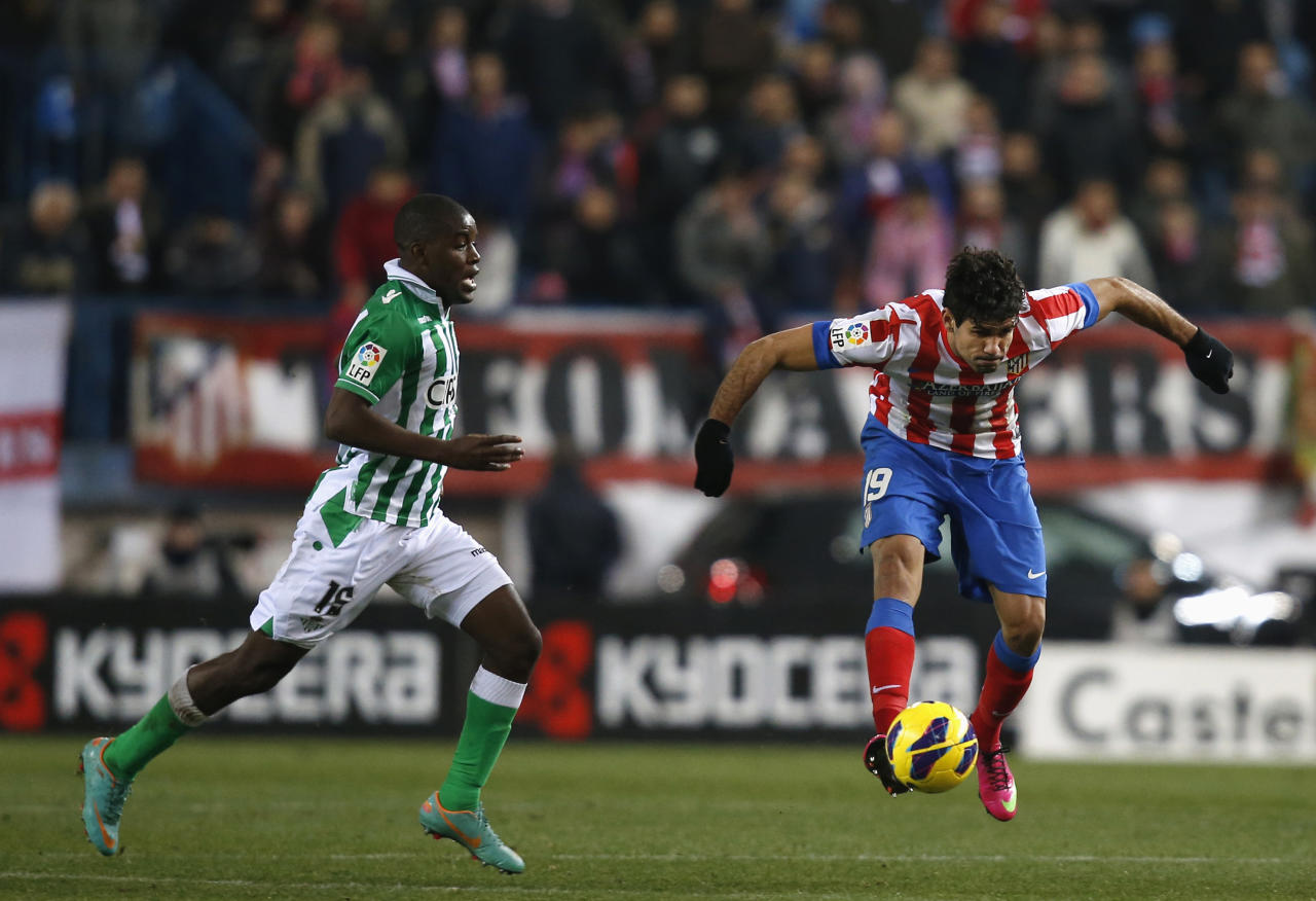 Atletico Madrid's Diego Costa (R) controls the ball next to Real Betis' Joel Campbell during their Spanish first division soccer match at Vicente Calderon stadium in Madrid February 3, 2013. REUTERS/Susana Vera (SPAIN - Tags: SPORT SOCCER) - RTR3DBDO