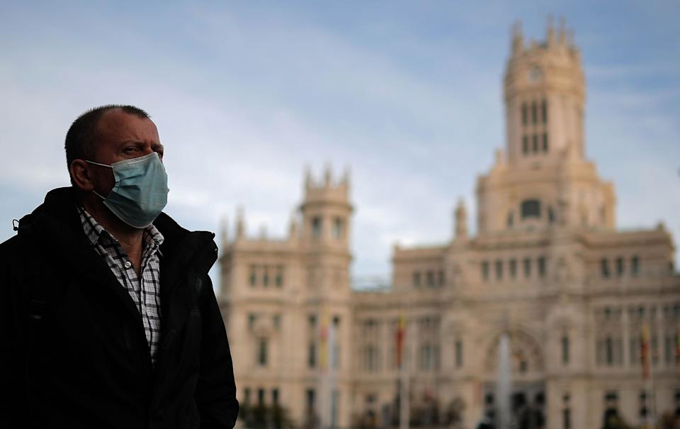 Una persona pasea por Madrid. (Photo: Getty Images)