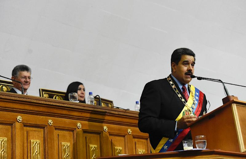 Venezuelan President Nicolas Maduro (R) presents the annual report before the opposition controlled National Assembly, near the president of the National Assembly Henry Ramos Allup (L), in Caracas on January 15, 2016 (AFP Photo/Juan Barreto)