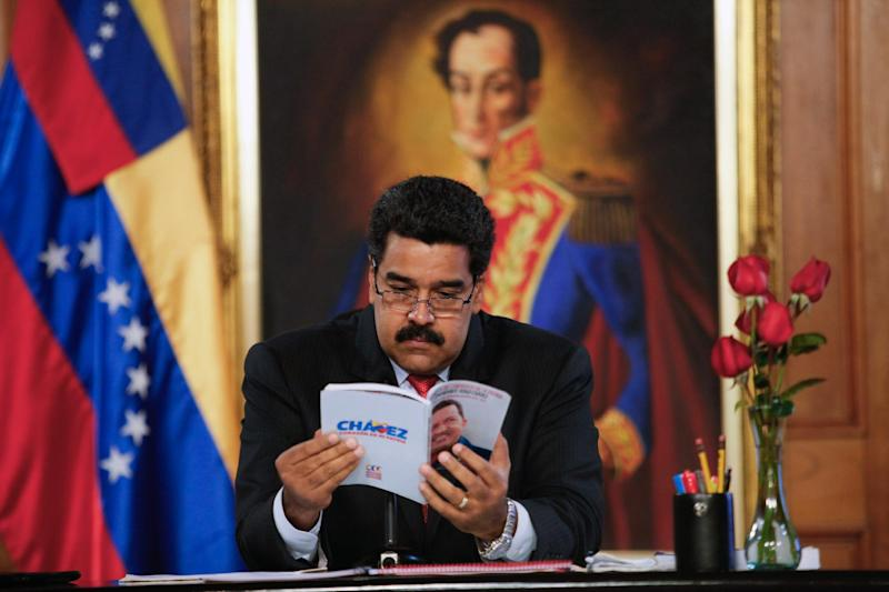 Venezuelan President Nicolas Maduro reads a book during a TV program, at Miraflores presidential palace in Caracas, on September 2, 2014 (AFP Photo/Miguel Angel Angul)