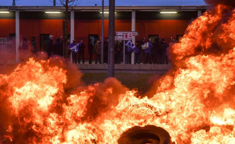 Prison guards used washing machines and a pile of burning tyres to block access to the high-security prison in Vendin-le-Vieil
