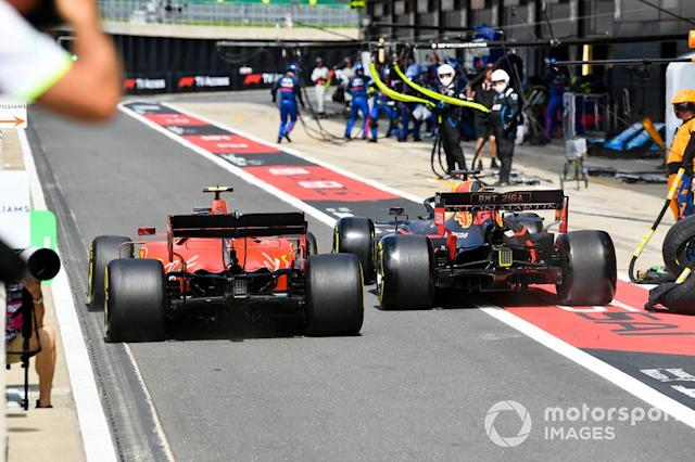 "Charles Leclerc, Ferrari SF90 y Max Verstappen, Red Bull Racing RB15 rueda a rueda en el pit lane <span class=""copyright"">Mark Sutton / Sutton Images</span>"