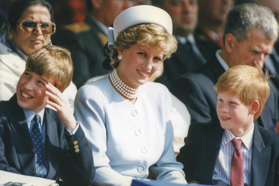 Le prince William, la princesse Diana et le prince Harry assistant aux cérémonies du 50ème anniversaire de la fin de la Seconde guerre mondiale à Hyde Park, à Londres, Royaume-Uni le 7 mai 1995. (Photo by Laurent SOLA/Gamma-Rapho via Getty Images)