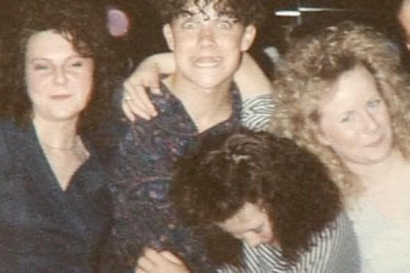 Robbie Williams' search for women in 1989 holiday photo