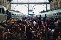 Migrants and refugees crowd the platforms at the Keleti (eastern) railway station in Budapest on September 1, 2015 (AFP Photo/Attila Kisbenedek)