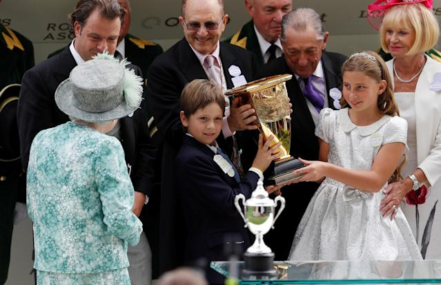 Horse Racing - Royal Ascot - Ascot Racecourse, Ascot, Britain - June 23, 2018 Britain's Queen Elizabeth presents a trophy for the 4.20 Diamond Jubilee Stakes to the owners of the winner Merchant Navy REUTERS/Peter Nicholls