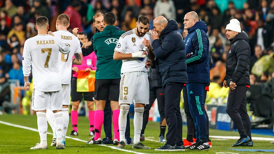 MADRID, SPAIN - NOVEMBER 26: Karim Benzema and head coach Zinedine Zidane of Real Madrid gestures during the UEFA Champions League group A match between Real Madrid and Paris Saint-Germain at Bernabeu on November 26, 2019 in Madrid, Spain. (Photo by TF-Images/Getty Images)