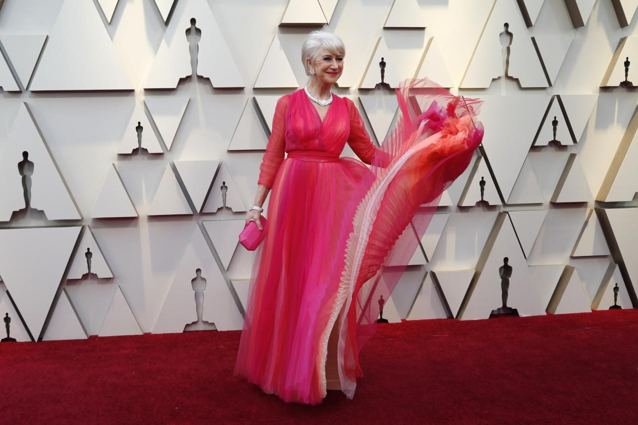 <p>The pink and orange jewel tones looked lovely on the award-winning dame. </p>