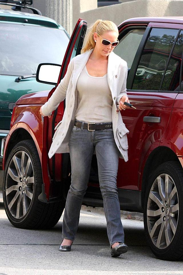 "We simply love the cranberry color of Katherine Heigl's Range Rover. Ginsburg-Spaly/<a href=""http://www.x17online.com"" target=""new"">X17 Online</a> - November 18, 2007"