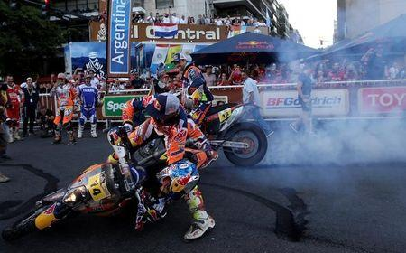 Dakar Rally - 2017 Paraguay-Bolivia-Argentina Dakar rally - 39th Dakar Edition - Twelveth stage from Rio Cuarto to Buenos Aires, Argentina 14/01/17. Sam Sunderland (Front) of Britain falls as he celebrates with Matthias Walkner (C) of Austria during the Dakar Rally 2017 podium ceremony. Sunderland was first and Walkner was second. REUTERS/Ricardo Moraes