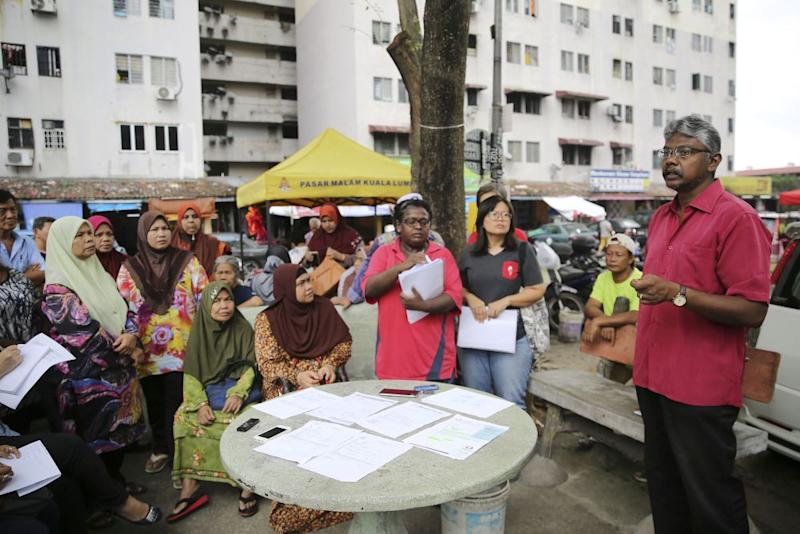 Sivarajan (right) speaks to residents of the Mutiara Fadason low-cost flats in Kepong September 12, 2018. — Picture by Yusof Mat Isa