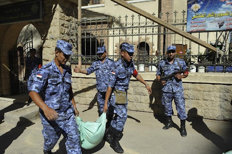 Egyptian troops guard a polling station in Alexandria on May 25, 2014 ahead of the presidential election (AFP Photo/-)
