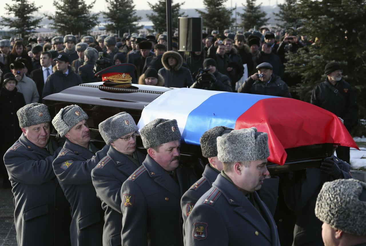 Officers carry the coffin of Mikhail Kalashnikov, chief designer of Izhmash Concern, a Russian firearms producer, during his funeral in Mytischi outside Moscow, December 27, 2013. Russia buries assault rifle designer Kalashnikov on Friday. Kalashnikov, the designer of the assault rifle that has killed more people than any other firearm in the world, died on December 23, 2013, at 94. REUTERS/Sergei Karpukhin (RUSSIA - Tags: OBITUARY POLITICS MILITARY)