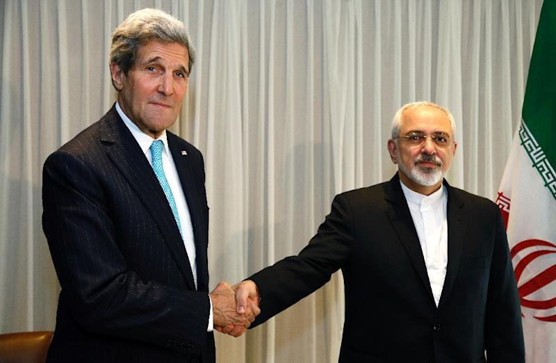 Iranian Foreign Minister Mohammad Javad Zarif (right) held talks with US State Secretary John Kerry in Geneva, on January 14, 2015 (AFP Photo/Rick Wilking)