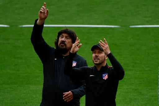 'Mono' Burgos (L) with Diego Simeone