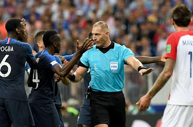 Moscow (Russian Federation), 15/07/2018.- Referee Nestor Pitana of Argentina argues with French players during the FIFA World Cup 2018 final between France and Croatia in Moscow, Russia, 15 July 2018. (RESTRICTIONS APPLY: Editorial Use Only, not used in association with any commercial entity - Images must not be used in any form of alert service or push service of any kind including via mobile alert services, downloads to mobile devices or MMS messaging - Images must appear as still images and must not emulate match action video footage - No alteration is made to, and no text or image is superimposed over, any published image which: (a) intentionally obscures or removes a sponsor identification image; or (b) adds or overlays the commercial identification of any third party which is not officially associated with the FIFA World Cup) (Croacia, Mundial de Fútbol, Moscú, Rusia, Francia) EFE/EPA/FACUNDO ARRIZABALAGA EDITORIAL USE ONLY