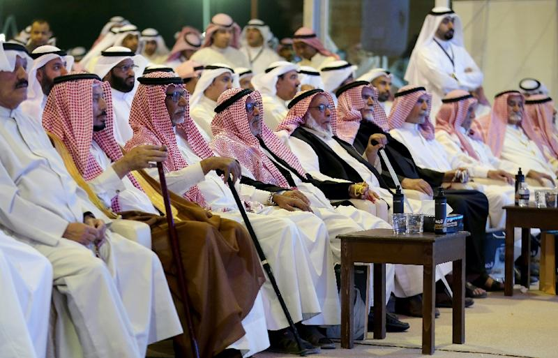 Members of the Kuwaiti opposition attend a campaign meeting in Kuwait City on November 15, 2016 (AFP Photo/Yasser Al-Zayyat)