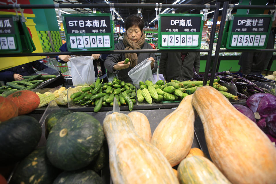 Consumers choose vegetables at a supermarket in Shanghai, China, March 10, 2016. China's consumer inflation accelerated faster-than-expected in February due to rising food prices but another fall in upstream prices is likely to add to concerns about growing deflationary pressures, which could trigger further policy easing. REUTERS/Aly Song      TPX IMAGES OF THE DAY