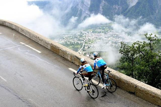France's Romain Bardet (L) and France's Tony Gallopin of France's AG2R cycling team ride towards the Alpe d'Huez's summit as part of preparation for the 2018 Tour de France (AFP Photo/JEAN-PIERRE CLATOT)