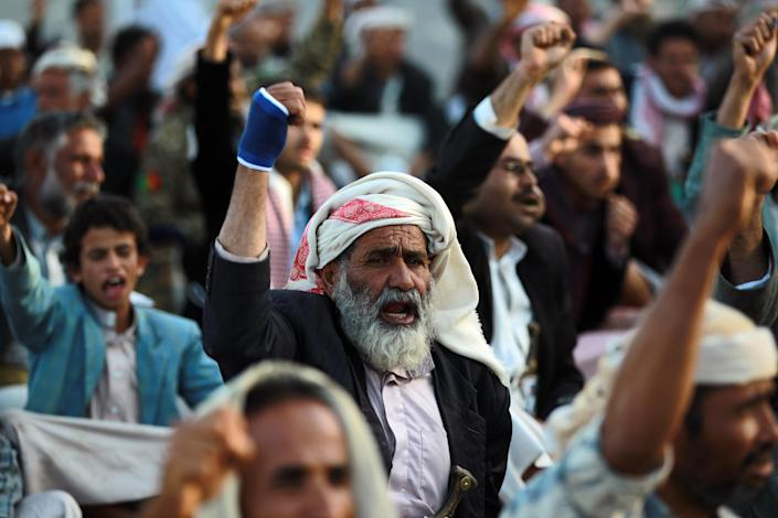 Yemeni Shiite supporters of the Huthi movement rally in Sanaa on October 16, 2014 (AFP Photo/Mohammed Huwais)