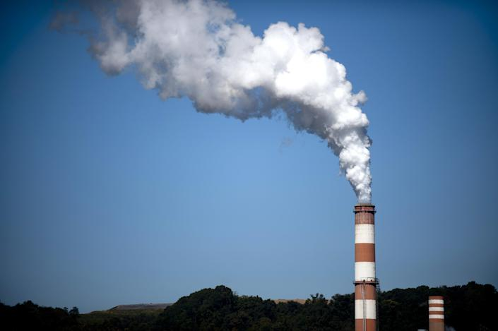 A plume of exhaust extends from a power station in New Eagle, Pennsylvania on September 24, 2013 (AFP Photo/Jeff Swensen)