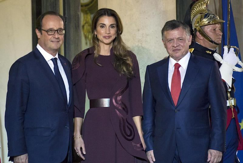 French President Francois Hollande (L) poses with Jordan's king Abdullah II (R) and his wife Queen Rania upon their arrival at the Presidential Elysee palace for a dinner, on September 17, 2014, in Paris