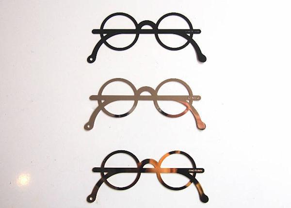 CINQ original bookmarks in the shape of eyeglasses. 702 yen for the black and 756 yen for the gold and silver