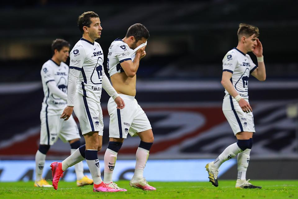 MEXICO CITY, MEXICO - DECEMBER 03: Players of Pumas react at halftime during the semifinal first leg match between Cruz Azul and Pumas UNAM as part of the Torneo Guard1anes 2020 Liga MX at Azteca Stadium on December 03, 2020 in Mexico City, Mexico. (Photo by Manuel Velasquez/Getty Images)