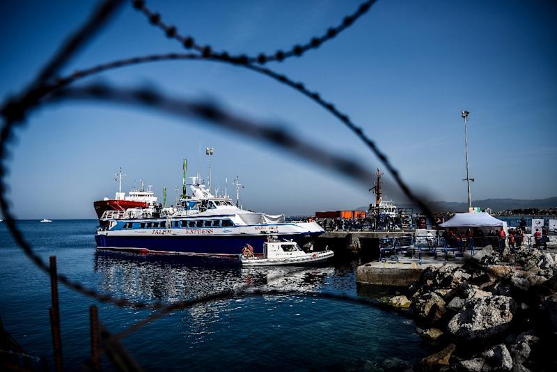 A ferry carrying deported migrants arrives at the Turkish port of Dikili on April 4, 2016 (AFP Photo/Ozan Kose)