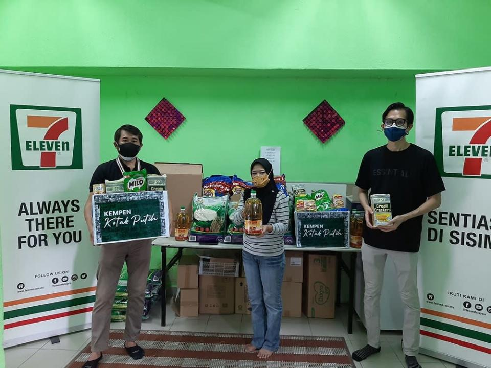 Convenience store chain 7-Eleven Malaysia continues to help the marginalised community during these trying times. ― Picture courtesy of 7-Eleven Malaysia