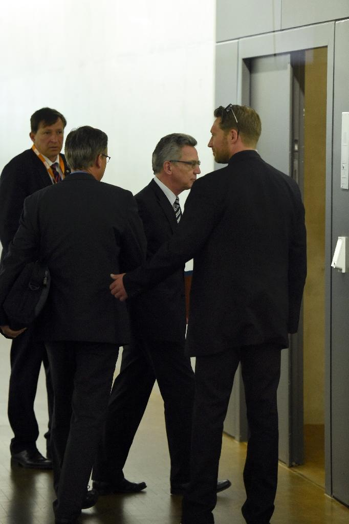German Interior Minister Thomas de Maiziere (2nd right) enters a room to face a secret services oversight panel on May 6, 2015 in Berlin (AFP Photo/Odd Andersen)