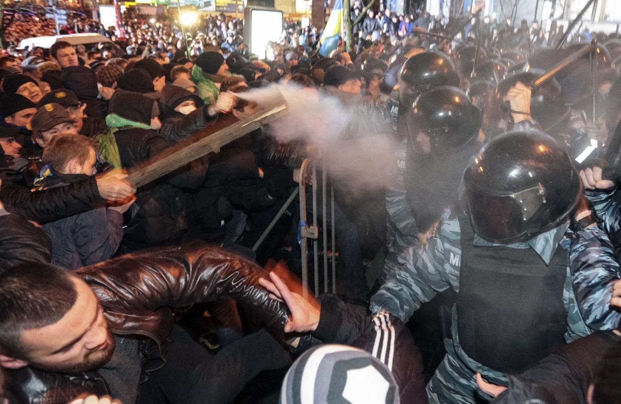 Protesters clash with riot police during a rally to support EU integration in central Kiev November 25, 2013. Ukrainian police fired tear gas at pro-Europe demonstrators and authorities sought to isolate jailed opposition leader Yulia Tymoshenko on Monday as she launched a hunger strike over Kiev's rejection of a European trade pact under pressure from Moscow. Picture taken November 25, 2013. REUTERS/Konstantin Chernichkin (UKRAINE - Tags: POLITICS CIVIL UNREST)