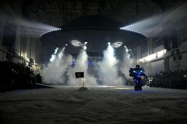 "<p>A nearly 60-foot ""spaceship"" descends to the floor during the Philipp Plein FW18 show. (Photo: Getty) </p>"