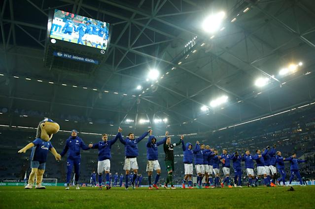 Soccer Football - Bundesliga - Schalke 04 vs TSG 1899 Hoffenheim - Veltins-Arena, Gelsenkirchen, Germany - February 17, 2018 Schalke players celebrate in front of their fans after the match REUTERS/Leon Kuegeler DFL RULES TO LIMIT THE ONLINE USAGE DURING MATCH TIME TO 15 PICTURES PER GAME. IMAGE SEQUENCES TO SIMULATE VIDEO IS NOT ALLOWED AT ANY TIME. FOR FURTHER QUERIES PLEASE CONTACT DFL DIRECTLY AT + 49 69 650050