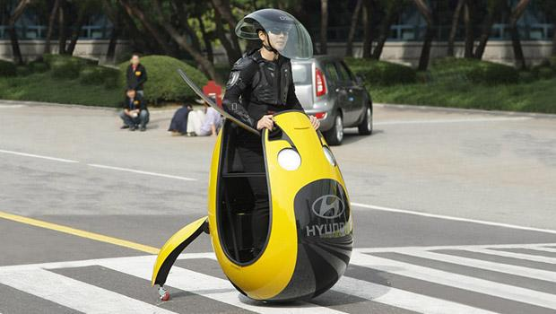 """The driver (rider?) must tilt the egg to move, but it appears to be in a rather counterintuitive way: you move forward by putting weight on your left foot, backwards by transferring the weight to your right foot, and left and right by tilting backwards and forwards respectively. Tech-On mentioned the driver stated, """"Without some practice, it does not move in the desired direction."""""""