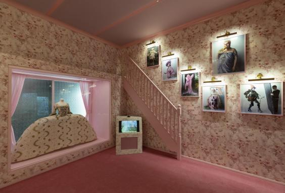 va-tim-walker-wonderful-things-exhibition-installation-view-box-of-delights-section-4-c-victoria-and-albert-museum-london.jpg